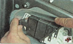 фиксатор разъема жгута проводов стеклоподъемника задней двери сверху