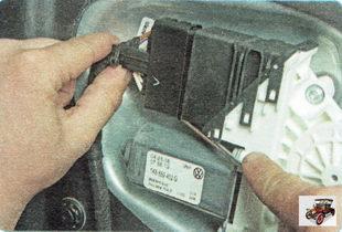 фиксатор разъема жгута проводов стеклоподъемника задней двери снизу