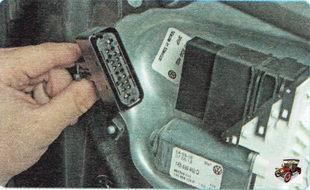 разъем жгута проводов модуля управления моторедуктором стеклоподъемника задней двери