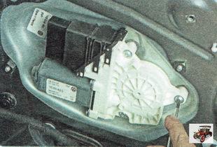 болты крепления моторедуктора стеклоподъемника задней двери
