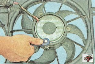 гайки крепления электродвигателя вентилятора радиатора охлаждения двигателя