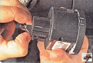 фиксатор разъема жгута проводов центрального переключателя света фар