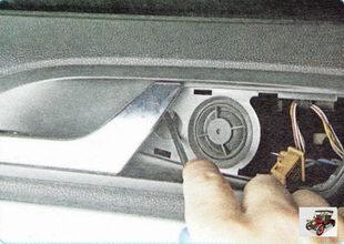 винт крепления обшивки двери под решеткой высокочастотного динамика