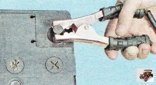 Зажим второго кабеля (с черными рукоятками) присоедините к клемме «минус» аккумулятора-«донора»