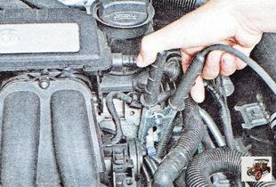 второй зажим кабеля с черными рукоятками - к «массе» автомобиля с разряженным аккумулятором