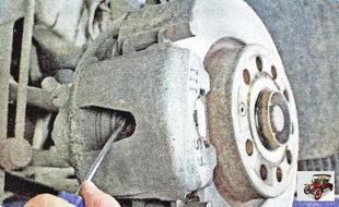проверьте подвижность поршня тормозного механизма