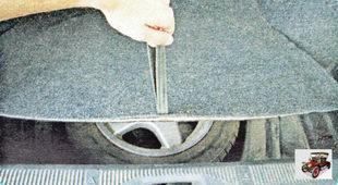 Откройте багажник (в нем находится все необходимое для замены колеса)