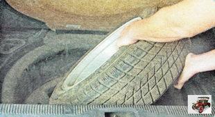 Выньте запасное колесо из багажника
