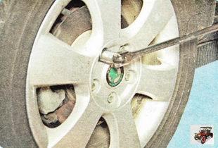 Баллонным ключом ослабьте болты крепления колеса