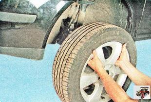 Поднимите домкратом автомобиль так, чтобы колесо оторвалось от дороги, после чего полностью выверните болты и снимите колесо