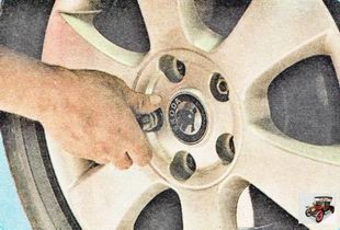Установите запасное колесо вместо снятого, вверните крепежные болты до упора, но не затягивайте их