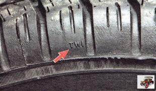 Места расположения индикаторов помечены на боковине шины буквами «TWI»