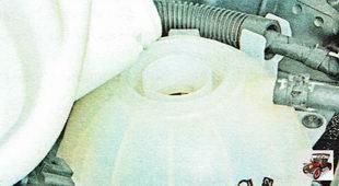Долейте охлаждающую жидкость в расширительный бачок до требуемого уровня