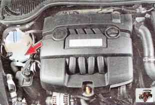 горловина бачка омывателя расположена в моторном отсеке справа