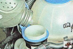 Долейте жидкость в бачок омывателя до нижней кромки горловины
