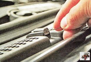 При засорении жиклера омывателя прочистите его швейной иглой