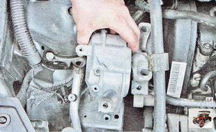 снимите опору двигателя Шкода Октавия А5