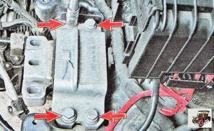 болты крепления левой опоры двигателя к кузову