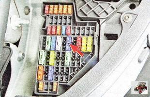 отключите топливный насос, вынув предохранитель на 15 А в монтажном блоке