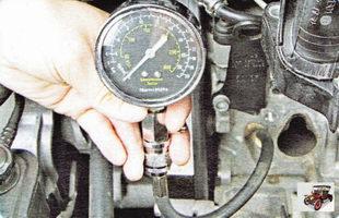вверните компрессометр в свечное отверстие проверяемого цилиндра