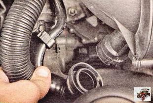 отсоедините рукав системы подачи от патрубка воздуховода