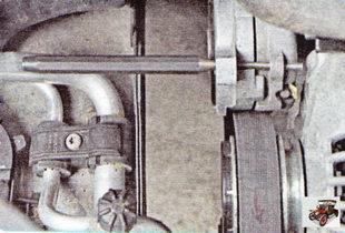 Зафиксируйте натяжитель ремня привода вспомогательных агрегатов