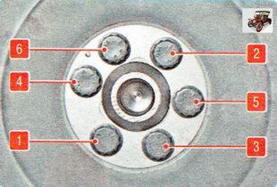 Затягивайте болты крепления равномерно крест-накрест моментом 65 Н-м (6,5кгс-м)