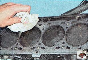 Очистите привалочные поверхности головки и блока цилиндров