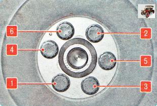 установите маховик (ведущий диск) и затяните болты его крепления в указанной последовательности