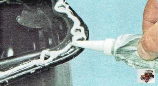 нанесите на сопрягаемую поверхность масляного картера специальный герметик-прокладку