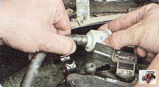 отсоедините шланг от штуцера клапана адсорбера