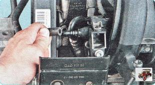отсоедините топливопровод от штуцера топливной рампы