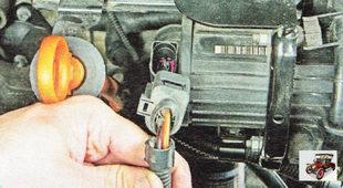 колодку жгута проводов насоса системы подачи дополнительного воздуха