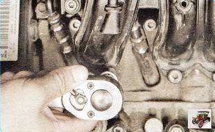 гайка крепления впускного коллектора к головке блока цилиндров двигателя