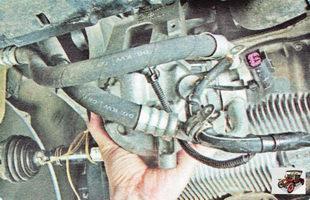 болты крепления компрессора кондиционера к кронштейну