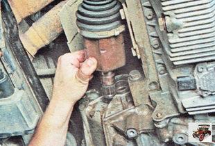 отсоедините от коробки передач приводы передних колес