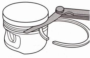 проверьте зазоры между компрессионными кольцами и канавками на поршне