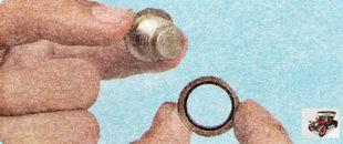 сливная пробка поддона картера двигателя уплотнена металлической прокладкой