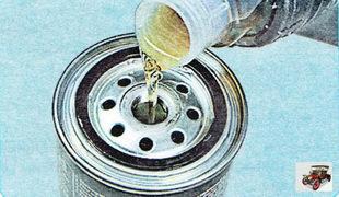 Заполните новый масляный фильтр примерно на 1/3 объема чистым моторным маслом