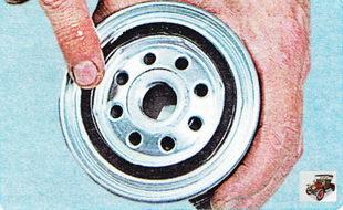 Смажьте уплотнительное кольцо нового масляного фильтра чистым моторным маслом