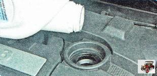 залейте чистое моторное масло в двигатель