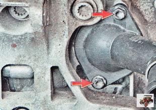 два болта крепления корпуса термостата к блоку цилиндров