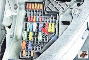 монтажный блок в салоне автомобиля Шкода Октавия А5