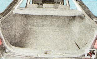 Стенки багажного отделения облицованы формованными ворсовыми обивками, а на пол уложен мягкий ворсовый коврик