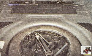 запасное колесо и уложенные в специальный бокс домкрат и ключ для болтов колес