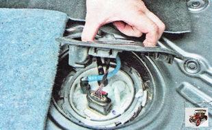крышка лючка модуля топливного насоса