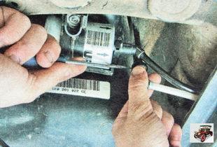 фиксатор шланга удаления воздуха из топливного бака