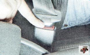 чтобы отстегнуть ремень безопасности, нажмите на кнопку замка