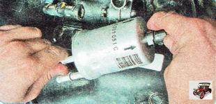 фиксатор наконечника шланга подвода топлива к форсункам