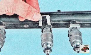 фиксирующая скоба форсунки к топливной рампе